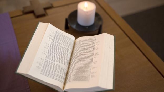 Bibel und Kerze.