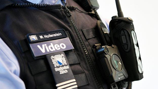 Polizist mit Bodycam.