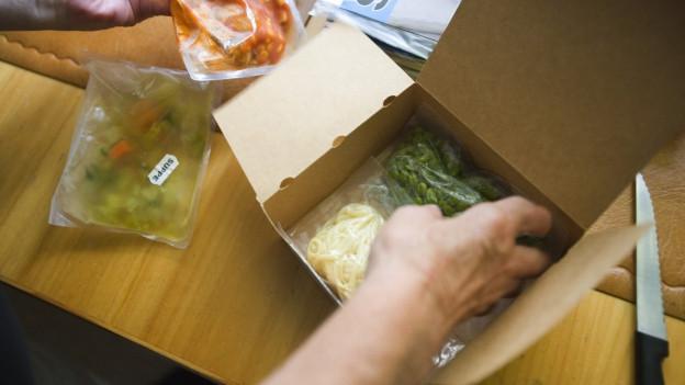 Fertig-Essen in eine Karton-Schachtel gepackt.