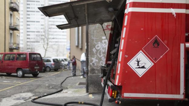 Öltankwagen vor einem Gebäude.