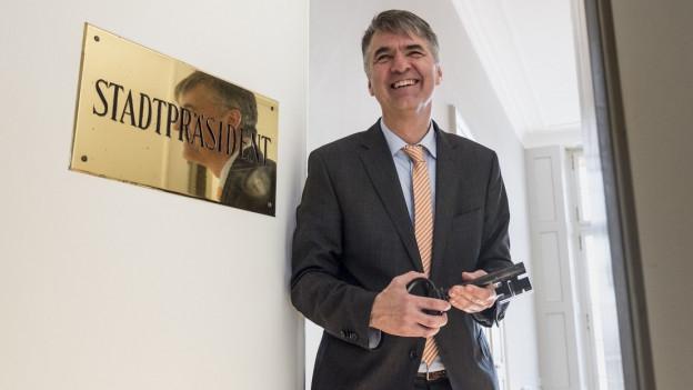 Alec von Graffenried posiert vor der Stadtpräsidententafel.