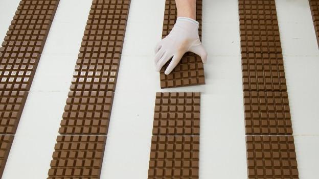 Die Schweizer sind Meister im Schokolade essen.
