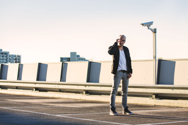 Ritschi steht auf dem Dach eines Parkhauses