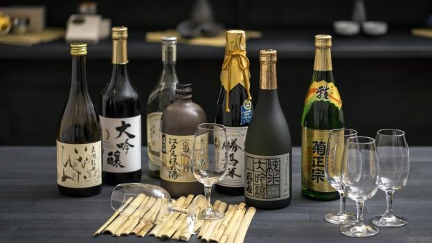 Eine Auswahl von verschiedenen Sake-Flaschen.