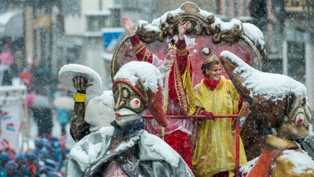 Der König am Carnevale Rabadan im Bad der Konfettis.