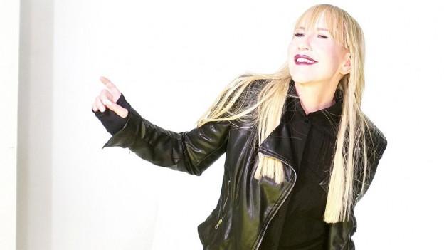 Die Sängerin Natacha vor weissem Hintergrund