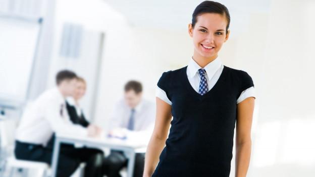 Frau mit Hemd und Krawatte.