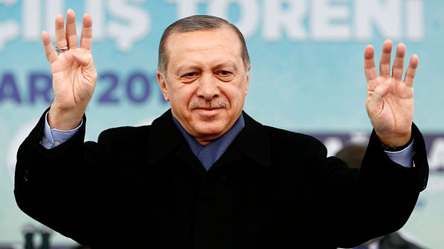 Präsident Erdogan winkt.