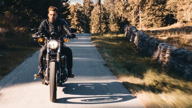 Bastian Baker fährt Motorrad