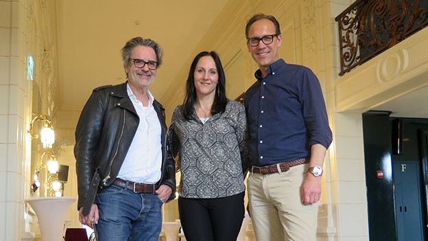 «Persönlich»-Gastgeber Christian Zeugin (rechts) mit Musikerin Sandee und Fotograf Alberto Venzago.