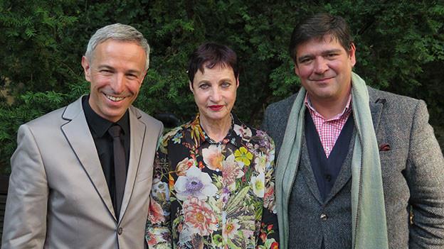 «Persönlich»-Gastgeber Dani Fohrler mit Hortensia von Roda und Martin Jenni.