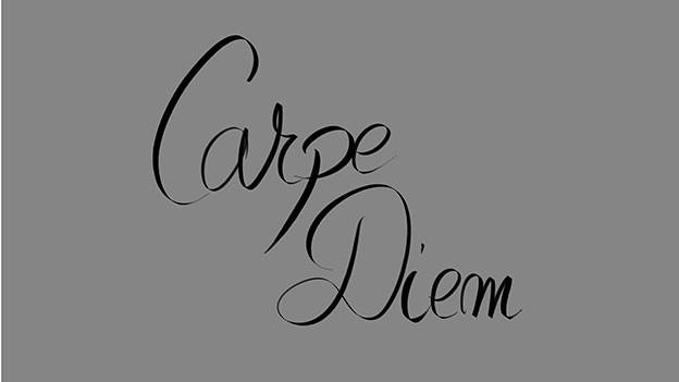 «Carpe Diem» auf einer Schrifttafel.