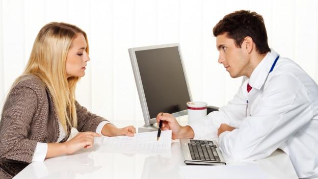 Pateintin spricht mit Arzt