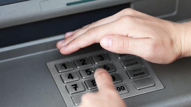 Finger, der einen Pin bei einem Zahlenblock eingibt