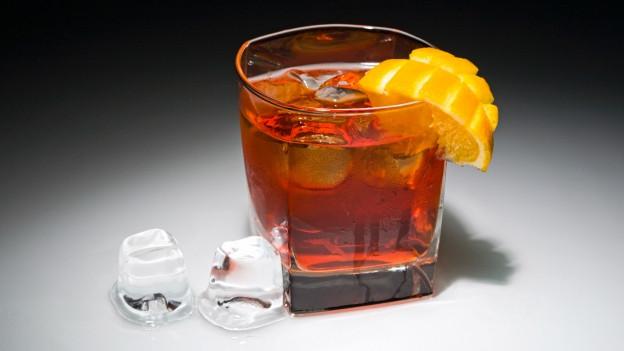Glas mit Negroni-Cocktail.