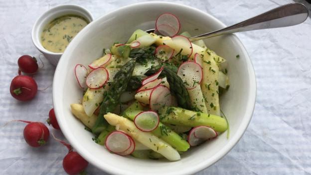 Gemüsesalat aus weissem und grünem Spargel, Kohlrabi, Radieschen und Schnittlauch an Zitronen-Vinaigrette.
