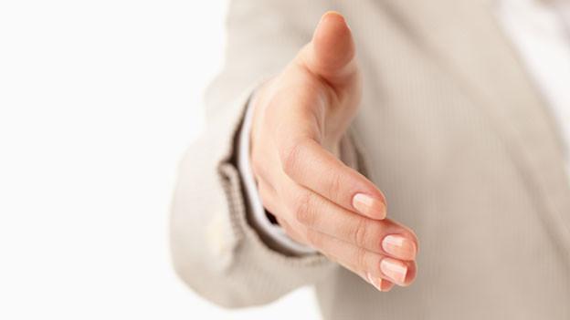 Jemand streckt eine Hand entgegen.