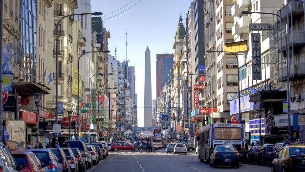 Avenida Corrientes - Viele Läden, viele Autos.