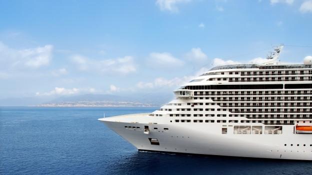 Ein Kreuzfahrtschiff fährt über das Meer