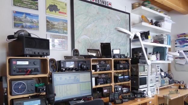 Funkstube eies Amateurfunkers mit vielen technischen Geräten