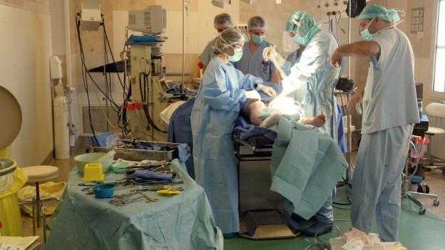 Szene in einem Operationssaal.