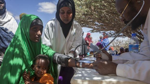 Arzt untersucht eine Somalierin.