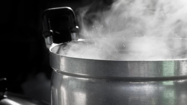 Topf mit kochendem Wasser.