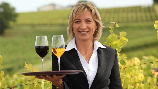 Rotwein und oranger Wein im Glas.