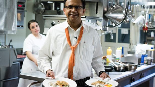 Der Wirt Prasad Bharanya serviert im Restaurant Krone.