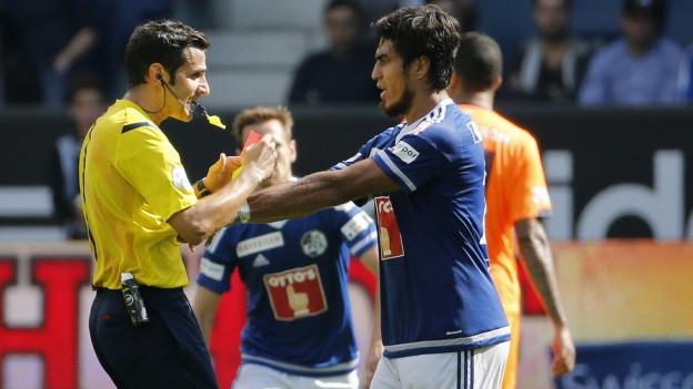 Ein Spieler des FC Luzern packt den Schiedsrichter wegen einer roten Karte.