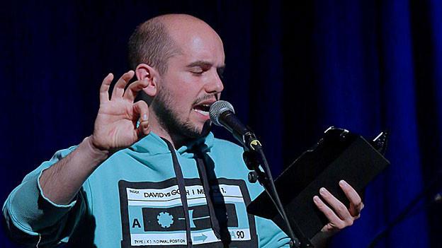 Renato Kaiser am Mikrofon