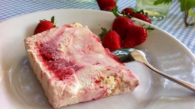 Erdbeer-Holunder-Parfait auf einem Teller.