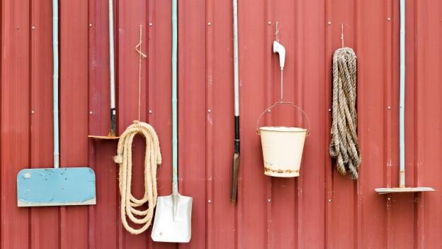 Gartenhaus mit Werkzeugen.