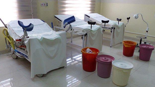 Geburtsraum, sehr einfach eingerichtet mit drei Betten
