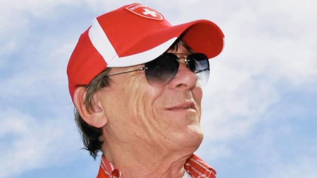 Polo Hofer trägt Kappe mit Schweizer Kreuz