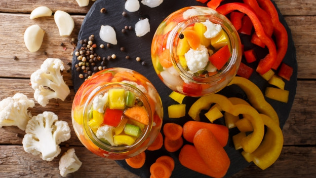 Gemüse in einem Glas mit Salzlake eingelegt