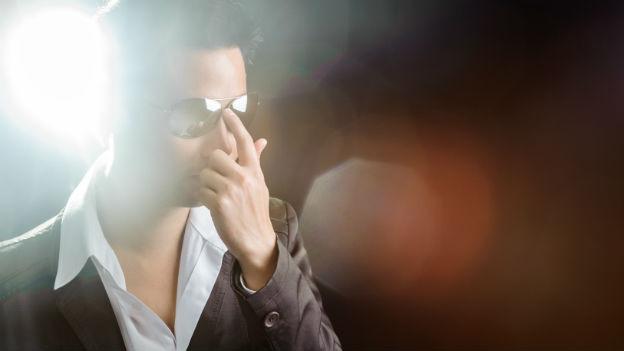 Mann mit Sonnenbrille im Licht.