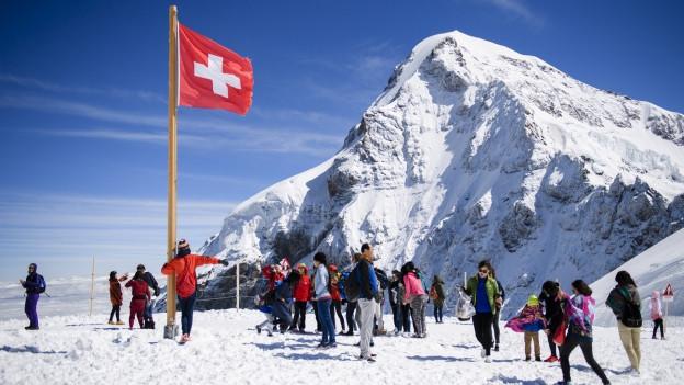 Viele Touristen geniessen den Schnee.