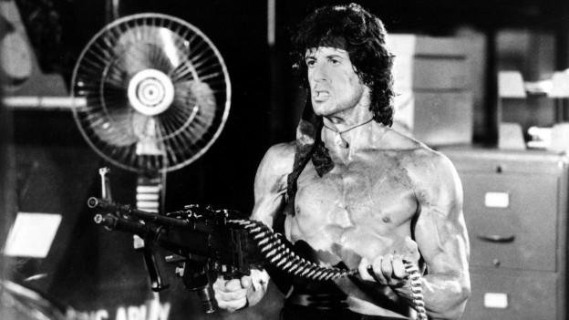 Filmfigur Rambo mit einer Maschinenpistole