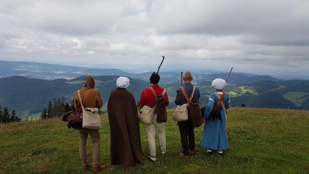Die Pilgergruppe blickt von der Hohe Winde zurück nach Basel.