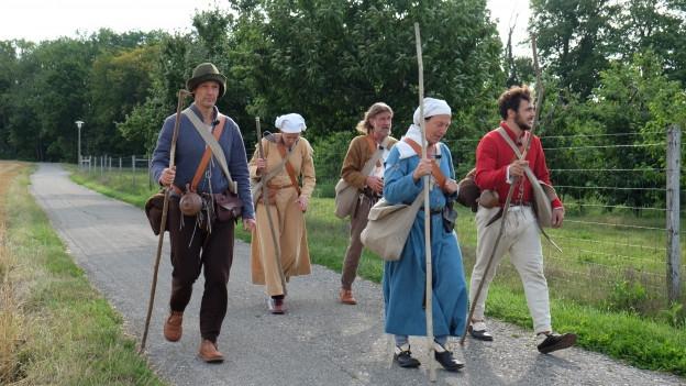 Die SRF Pilger unterwegs auf einem Landweg.