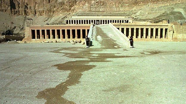 Vor der Tempelanlage stehen zwei Soldaten.
