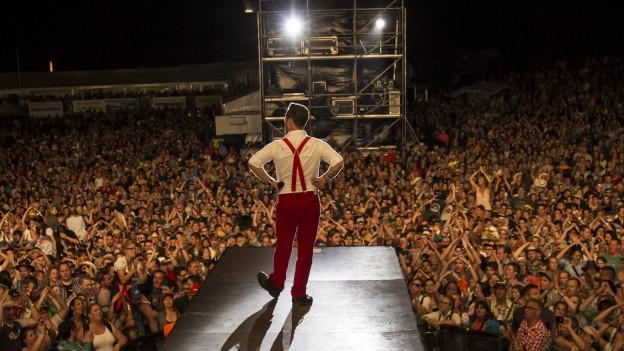 Trauffer auf grosser Bühne vor Riesen-Publikum
