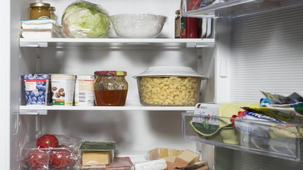 Ein Kühlschrank voller Lebensmitteln.
