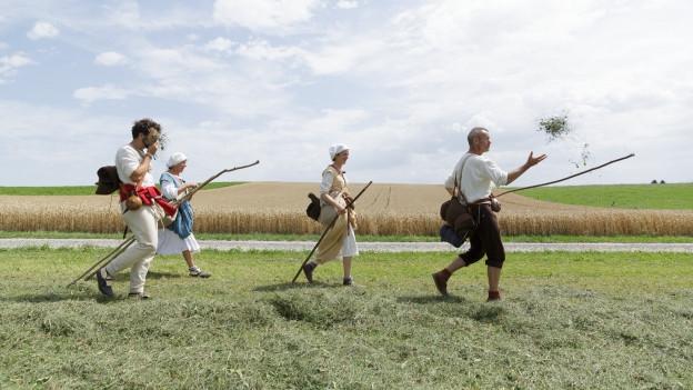 Die SRF Pilger unterwegs neben dem Pilgerweg.