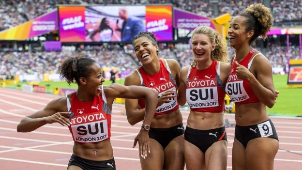Nach dem Zieleinlauf zeigt sich die Schweizer Frauen-4x-100-Meter-Staffel erfreut über ihren 5.Rang.