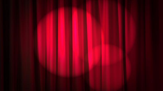 Theatervorhang im Scheinwerferlicht