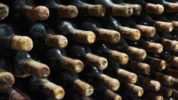Weinflaschen in Gestell.