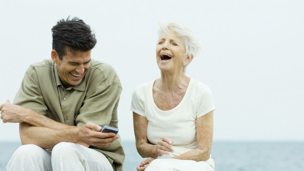 Zwei Personen, die herzhaft lachen