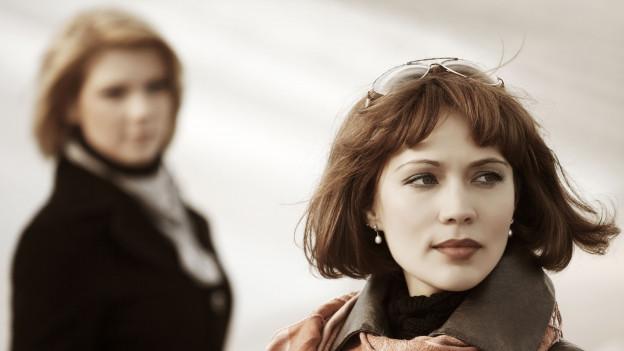 Zwei Frauen, eine schaut die andere ganz verächtlich an